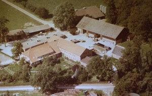 Dieses Bild ist ca. 1980 entstanden.  Im Vergleich zu dem oberen Bild ist ein Unterschied zu erkennen.  Das Wohnhaus und Ställe wurden modernisiert, ein Stall quer angebaut, Trecker- und Maschinenschuppen kamen dazu. Außerdem mußten Bäume weichen, man brauchte mehr Platz auf der Hoffläche.  Statt des Speichers wurden Fahrsilos zur Lagerung des Futters gebaut.  Der Nutzgarten wurde etwas verkleinert.